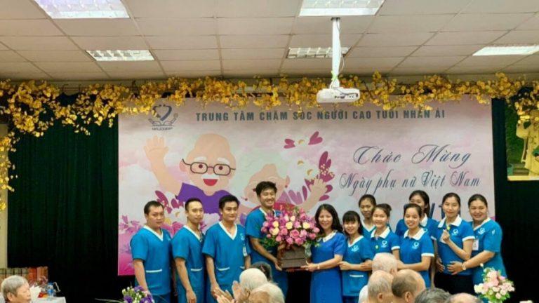 """慶祝越南社會工作日5週年(2016年3月25日至2021年3月25日),日本老師對在越南開展的""""照顧老人""""培訓工作有充滿熱情。"""