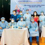 Đội ngũ y, bác sĩ Bệnh viện Lão khoa Trung ương thực hiện tiêm vắc xin phòng Covid-19 cho NCT tại Trung tâm Nhân Ái
